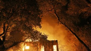 A home burns during the Thomas Fire on Dec. 7, 2017 in Ojai. (Credit: Mario Tama/Getty Images)