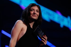 Lorde presents Peking Duck with the ARIA for Song of The Year during the 31st Annual ARIA Awards 2017 at The Star on November 28, 2017 in Sydney, Australia. (Credit: Zak Kaczmarek/Getty Images for ARIA)