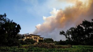 The Thomas Fire bears down on homes in Montecito on Dec. 16, 2017. (Credit: Marcus Yam / Los Angeles Times)