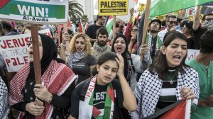 Palestinian rights activists rally in L.A. on Dec. 10, 2017 against President Trump's recognition of Jerusalem as the capital of Israel. (Credit: Brian van der Brug / Los Angeles Times)