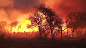 The Rye Fire continued to rage out of control in the Santa Clarita area on Dec. 5, 2017. (Credit: KTLA)