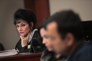 Judge Rosemarie Aquilina (L) looks at Larry Nassar (R) as he listens to a victim's impact statement by Jennifer Rood Bedford on January 16, 2018 in Lansing, Michigan. (Crediot: Scott Olson/Getty Images)