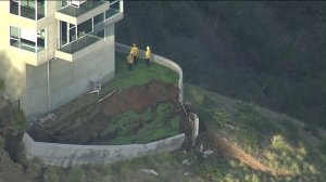 An active landslide affects a three-story home in Malibu on Jan. 17, 2018. (Credit: KTLA)