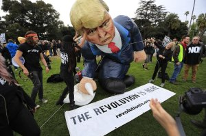 An anti-Trump rally takes place in Beverly Gardens Park on March 13, 2018. (Credit: Allen J. Schaben/Los Angeles Times)