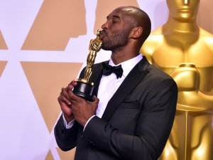 """Kobe Bryant poses in the press room with the Oscar for Best Animated Short Film for """"Dear Basketball,"""" during the 90th Annual Academy Awards on March 4, 2018, in Hollywood. (Credit: FREDERIC J. BROWN/AFP/Getty Images)"""