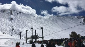 Crowds at Mammoth Mountain line up at lifts on March 4, 2018, one day after an avalanche hit the ski resort. (Credit: Ben Oreskies/Los Angeles Times)