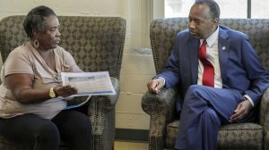Housing and Urban Development Secretary Ben Carson sits down and speaks with volunteer Denise Smith during his visit to the Downtown Women's Center on L.A.'s Skid Row on April 24, 2018. (Credit: Irfan Khan / Los Angeles Times)