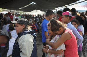 """Central American asylum seekers, part of an migrant """"caravan,"""" line up to eat before staging a protest against U.S. President Donald Trump on April 23, 2018, in Hermosillo, Mexico. (Credit: John Moore / Getty Images)"""