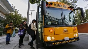 Los Angeles Unified students board a bus in front of Franklin High School in 2015. (Credit: Irfan Khan / Los Angeles Times)