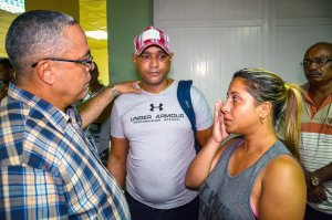 The first secretary of Communist Party in the Cuban city of Holguin, Luis Antonio Torres Iribar (left), speaks with relatives of the victims of a plane crash, at Holguin Airport, after a Cubana de Aviacion aircraft crashed after taking off from Havana's Jose Marti International Airport on May 18, 2018. (Credit: STR/AFP/Getty Images)