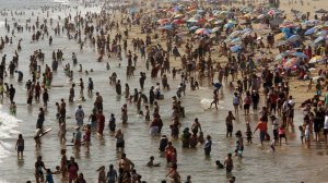 Hundreds of people seek relief from a hot July day alongside the Santa Monica Pier. The beach there has consistently logged one of the poorest water-quality marks in California. (Credit: Genaro Molina / Los Angeles Times)
