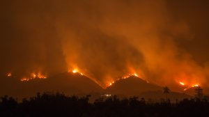 The Thomas Fire advances toward homes and farms near Carpinteria on Dec. 10, 2017. (Credit: David McNew/Getty Images)