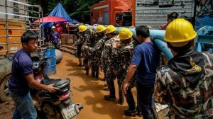 Rescue workers carry water pumping equipments into Tham Luang Nang Non cave on July 1, 2018. (Credit: Linh Pham/Getty Images)