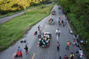 Honduran migrants heading in a caravan to the U.S. travel on foot or atop vehicles in Mapastepec on their way to Pijijiapan, Chiapas state, Mexico, on Oct. 25, 2018. (Credit: Johan Ordonez / AFP / Getty Images)