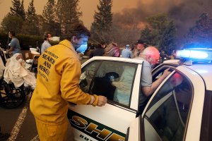 Hospital workers and first responders evacuate patients from the Feather River Hospital as the Camp Fire moves through the area on Nov. 8, 2018 in Paradise, California. (Credit: Justin Sullivan/Getty Images)