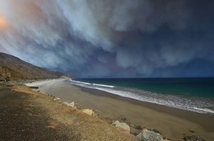 Smoke from the Woolsey Fire blows out over the Pacific Ocean in Malibu on Nov. 9, 2018. (Credit: Robyn Beck / AFP / Getty Images)
