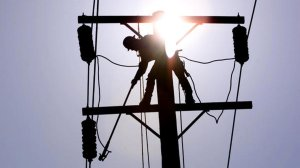 A Southern California Edison lineman grounds a power line in La Habra. (Credit: Los Angeles Times)