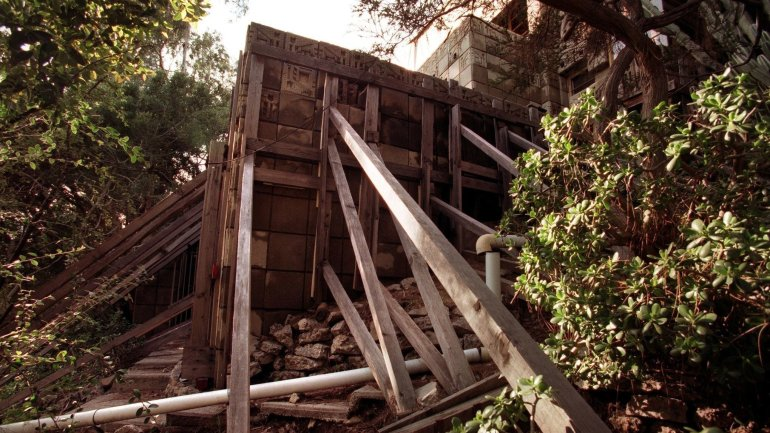 The Freeman House is seen in 1998, supported by braces after the Northridge earthquake. (Credit: Bob Carey / Los Angeles Times)