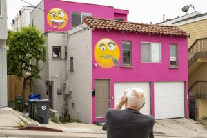 A pink home on 39th Street in Manhattan Beach features two emojis in this 2019 photo. (Credit: Kent Nishimura / Los Angeles Times)