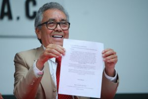 Jose Luis Gonzalez Meza, legal advisor of the Guzman family, shows a letter from the mother of Joaquin Guzmn during a press conference to express the gratitude of the family to Mexican President Andres Manuel Lopez Obrador for the release of Ovidio Guzman on Oct. 18, 2019, in Mexico City. (Credit: Hector Vivas / Getty Images)
