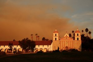 Smoke from the Cave Fire rises behind the Santa Barbara Mission on Nov. 26, 2019. (Credit: Al Seib / Los Angeles Times)