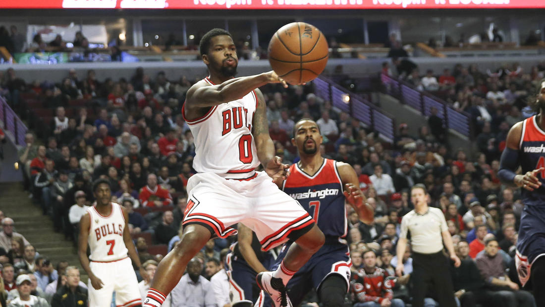 ulls guard Aaron Brooks  makes a pass during the first half  against the Washington Wizards at the United Center on Wednesday, Feb. 24, 2016. (Nuccio DiNuzzo / Chicago Tribune)