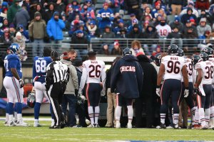 EAST RUTHERFORD, NJ - NOVEMBER 20:  Members of the Chicago Bears and the New York Giants show support for  Leonard Floyd #94 of the Chicago Bears after he was injured during the second half at MetLife Stadium on November 20, 2016 in East Rutherford, New Jersey.  (Photo by Michael Reaves/Getty Images)
