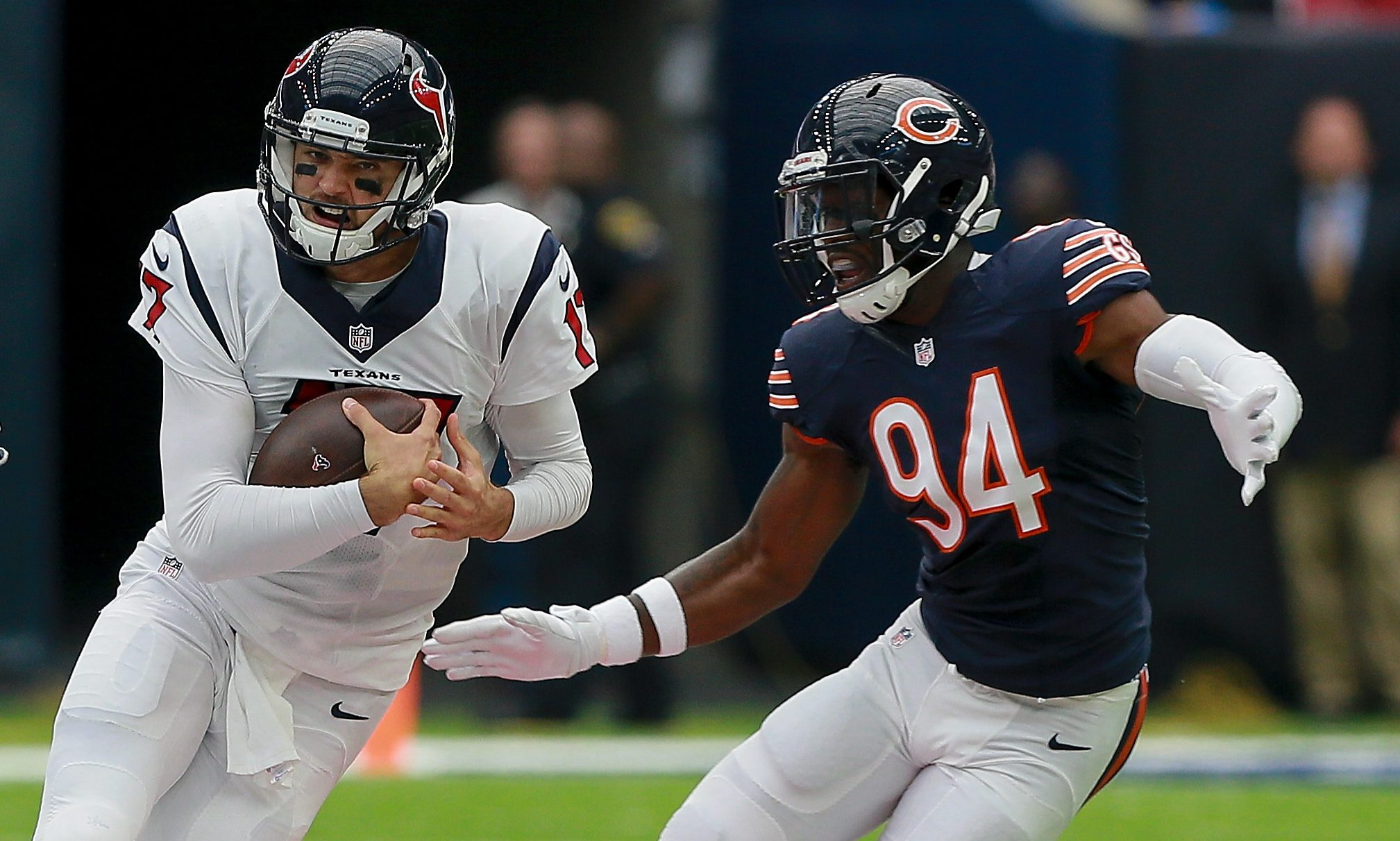 Leonard Floyd looks to tackle Brock Osweiler. (Photo by Bob Levey/Getty Images)