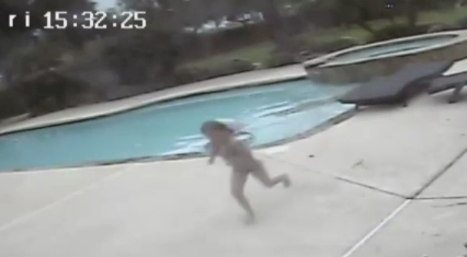 Girl saves mom from pool